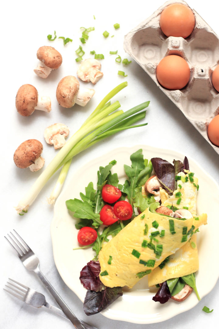 Omelet Wraps with Spinach, Lettuce and Mushrooms